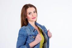 Πορτρέτο στούντιο της όμορφης νέας χαμογελώντας γυναίκας Στοκ φωτογραφίες με δικαίωμα ελεύθερης χρήσης