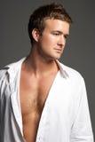 Πορτρέτο στούντιο του νεαρού άνδρα που φορά το ανοικτό πουκάμισο στοκ φωτογραφίες