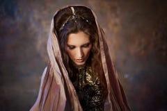 Πορτρέτο στο σάλι Φυλετικός χορευτής, όμορφη γυναίκα στο εθνικό ύφος σε ένα κατασκευασμένο υπόβαθρο στοκ φωτογραφίες