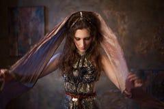 Πορτρέτο στο σάλι Φυλετικός χορευτής, όμορφη γυναίκα στο εθνικό ύφος σε ένα κατασκευασμένο υπόβαθρο στοκ εικόνα με δικαίωμα ελεύθερης χρήσης