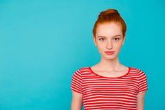 Πορτρέτο συμπαθητικού χαριτωμένου καλού ελκυστικού ήρεμου κοριτσίστικου θηλυκού σχετικά με στοκ φωτογραφίες