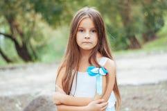 Πορτρέτο, συνεδρίαση και προσοχή μικρών κοριτσιών άμεσα, φυσικός φωτισμός έξω στοκ εικόνες με δικαίωμα ελεύθερης χρήσης