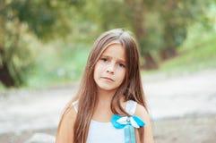 Πορτρέτο, συνεδρίαση και προσοχή μικρών κοριτσιών άμεσα, φυσικός φωτισμός έξω στοκ φωτογραφίες