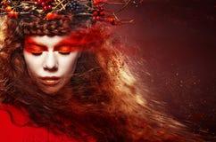 Πορτρέτο τέχνης μόδας γυναικών φθινοπώρου σγουρό τρίχωμα πτώση όμορφο κορίτσι Στοκ Εικόνες