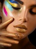 Πορτρέτο τέχνης μόδας της όμορφης γυναίκας με τη ζωηρόχρωμη περίληψη makeup Στοκ Εικόνες