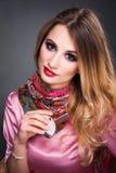 Πορτρέτο τέχνης μόδας της όμορφης ξανθής γυναίκας με τη σγουρή τρίχα, s Στοκ εικόνα με δικαίωμα ελεύθερης χρήσης
