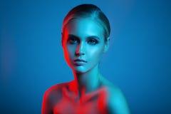 Πορτρέτο τέχνης μόδας του όμορφου προσώπου γυναικών Κόκκινο και μπλε φως Στοκ Εικόνα