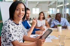 Πορτρέτο ταμπλετών συνεδρίασης των επιχειρηματιών στοκ φωτογραφία με δικαίωμα ελεύθερης χρήσης