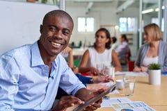 Πορτρέτο ταμπλετών συνεδρίασης των επιχειρηματιών στοκ φωτογραφίες