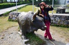Πορτρέτο ταξιδιωτικών ταϊλανδικό γυναικών με την ετικέττα του διεθνούς μουσείου βουνών Στοκ φωτογραφία με δικαίωμα ελεύθερης χρήσης