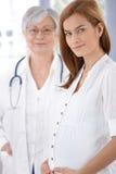 Πορτρέτο της έγκυων μητέρας και του γιατρού στοκ φωτογραφίες