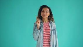 Πορτρέτο της έξυπνης γυναίκας αφροαμερικάνων που έχει τη μεγάλη ιδέα που αυξάνει το δάχτυλο απόθεμα βίντεο