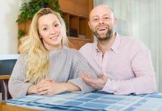 Πορτρέτο της αγάπης του ζεύγους εσωτερικό Στοκ Φωτογραφίες
