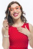 Πορτρέτο της αισθησιακής αστείας καυκάσιας γυναίκας Brunette με τα καλλιτεχνικά θεάματα Στοκ Φωτογραφία