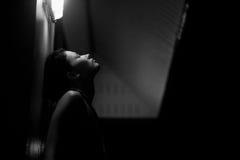 Πορτρέτο της αισθησιακής γυναίκας τη νύχτα στοκ εικόνα