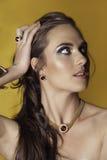 Πορτρέτο της αισθησιακής γυναίκας brunette Στοκ φωτογραφία με δικαίωμα ελεύθερης χρήσης