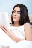 Πορτρέτο της ανάγνωσης γυναικών Στοκ φωτογραφία με δικαίωμα ελεύθερης χρήσης
