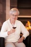 Πορτρέτο της ανώτερης γυναίκας με το ποτήρι του κρασιού Στοκ Φωτογραφία