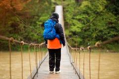 Πορτρέτο της ανώτερης γυναίκας με το σακίδιο πλάτης στο διαγώνιο ποταμό πεζοπορώ στοκ φωτογραφία με δικαίωμα ελεύθερης χρήσης