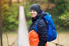 Πορτρέτο της ανώτερης γυναίκας με το σακίδιο πλάτης στο διαγώνιο ποταμό πεζοπορώ στοκ εικόνα