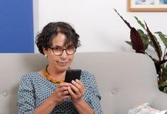 Πορτρέτο της ανώτερης κυρίας που χρησιμοποιεί app στο smartphone της Στοκ φωτογραφία με δικαίωμα ελεύθερης χρήσης