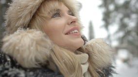 Πορτρέτο της απόλαυσης γυναικών χαμόγελου wintertime