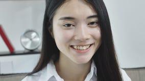 Πορτρέτο της αρκετά νέας ασιατικής κινηματογράφησης σε πρώτο πλάνο χαμόγελου γυναικών απόθεμα βίντεο