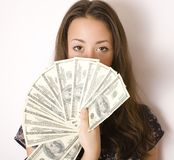 Πορτρέτο της αρκετά νέας γυναίκας με τα χρήματα, Στοκ Εικόνες
