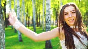 Πορτρέτο της αρκετά νέας γυναίκας στο προκλητικό φόρεμα που χορεύει στον ήλιο στο άλσος σημύδων απόθεμα βίντεο