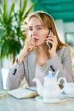 Πορτρέτο της αρκετά ξανθής επιχειρηματία στοκ εικόνες