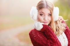Πορτρέτο της αρκετά πανέμορφης γυναίκας στα καλύμματα αυτιών Στοκ Φωτογραφίες