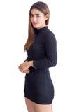 Πορτρέτο της ασιατικής γυναίκας μέσα σε ένα μαύρο φόρεμα η ανασκόπηση απομόνωσε το λευκό Στοκ Φωτογραφίες