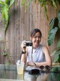 Πορτρέτο της ασιατικής γυναίκας που κρατά μια κάμερα στοκ φωτογραφία με δικαίωμα ελεύθερης χρήσης