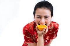 Πορτρέτο της ασιατικής γυναίκας στο μακρύ φόρεμα παραδοσιακού κινέζικου, cheon Στοκ Φωτογραφία