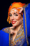 Πορτρέτο της ασιατικής ομορφιάς σε μια τέχνη τουρμπανιών και προσώπου Στοκ Φωτογραφία