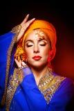 Πορτρέτο της ασιατικής ομορφιάς σε μια τέχνη τουρμπανιών και προσώπου Στοκ Εικόνες