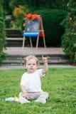 Πορτρέτο της αστείας άσπρης καυκάσιας συνεδρίασης αγοριών παιδιών παιδιών μικρών παιδιών στο έδαφος χλόης έξω στο πάρκο θερινού φ Στοκ φωτογραφία με δικαίωμα ελεύθερης χρήσης
