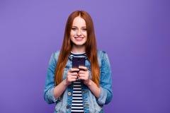 Πορτρέτο της αυτή ελκυστική ελκυστική γοητευτική χαριτωμένη καλή εύθυμη ευθύς-μαλλιαρή γυναικεία εκμετάλλευση στα χέρια νέα στοκ εικόνες