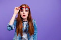 Πορτρέτο της αυτή ελκυστική ελκυστική γοητευτική χαριτωμένη καλή εύθυμη κατάπληκτη ευθύς-μαλλιαρή κυρία που βάζει τα γυαλιά επάνω στοκ φωτογραφίες με δικαίωμα ελεύθερης χρήσης