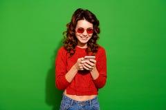 Πορτρέτο της αυτή συμπαθητικό καλό δροσερό συναρπαστικό χαριτωμένο πανέμορφο ελκυστικό εύθυμο θηλυκό κατσαρό κορίτσι στο κόκκινο στοκ φωτογραφία με δικαίωμα ελεύθερης χρήσης