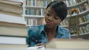 Πορτρέτο της αφρικανικής διάλεξης γραψίματος γυναικών σπουδαστών γύρω από τα βιβλία φιλμ μικρού μήκους