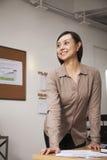 Πορτρέτο της βέβαιας μέσης ενήλικης επιχειρηματία στο γραφείο Στοκ εικόνα με δικαίωμα ελεύθερης χρήσης