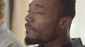 Πορτρέτο της βέβαιας ομιλίας ατόμων αφροαμερικάνων και της μπύρας κατανάλωσης με τους φίλους στο σπίτι Ελεύθερος χρόνος των ατόμω απόθεμα βίντεο