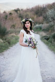 Πορτρέτο της Βοημίας νύφης στη φύση, με την ανθοδέσμη και την κορώνα Στοκ Φωτογραφία