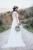 Πορτρέτο της Βοημίας νύφης στη φύση, με την ανθοδέσμη και την κορώνα Στοκ φωτογραφία με δικαίωμα ελεύθερης χρήσης