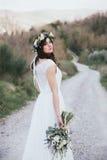 Πορτρέτο της Βοημίας νύφης στη φύση, με την ανθοδέσμη και την κορώνα Στοκ Εικόνες