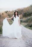 Πορτρέτο της Βοημίας νύφης στη φύση, με το άσπρες φόρεμα και την κορώνα Στοκ Εικόνες