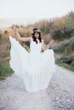 Πορτρέτο της Βοημίας νύφης στη φύση, με το άσπρες φόρεμα και την κορώνα Στοκ Εικόνα