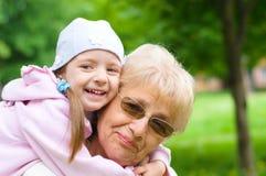 Πορτρέτο της γιαγιάς με την εγγονή Στοκ φωτογραφία με δικαίωμα ελεύθερης χρήσης
