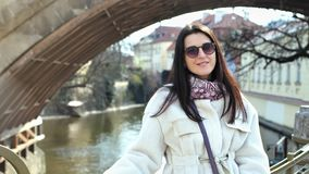 Πορτρέτο της γοητευτικής όμορφης θηλυκής τοποθέτησης τουριστών στο α απόθεμα βίντεο